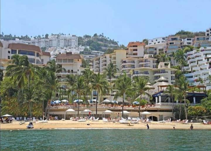 Lujoso hospedaje con alberca y acceso a playa.