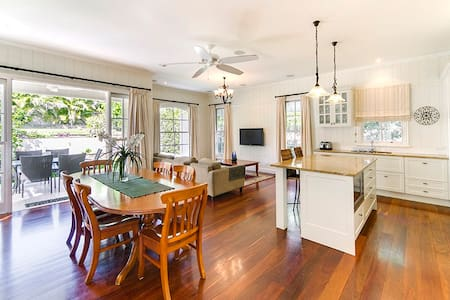 Executive Home in Wooloowin - Rumah