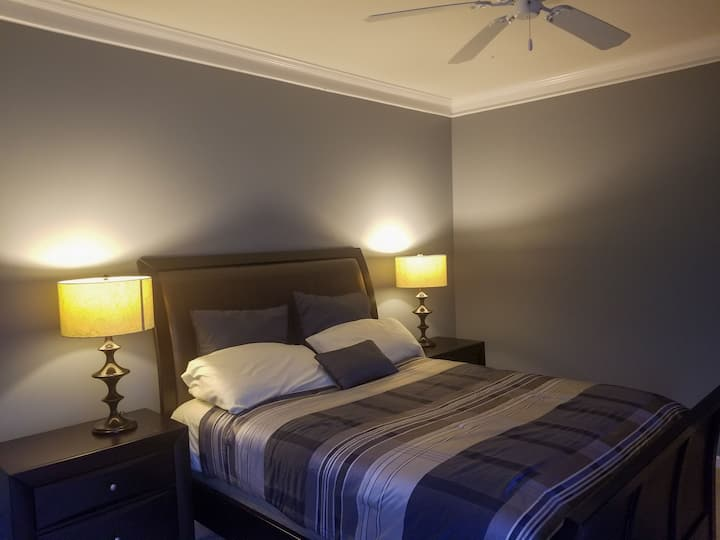 Cozy King Bed suite 12min to CLT for professionals