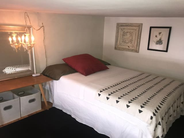 Comfortable Loft Room 15 min from Manhattan
