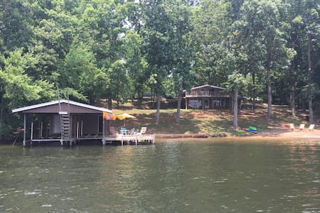 Sunnyside Cottage: beachfront Lake Gaston paradise