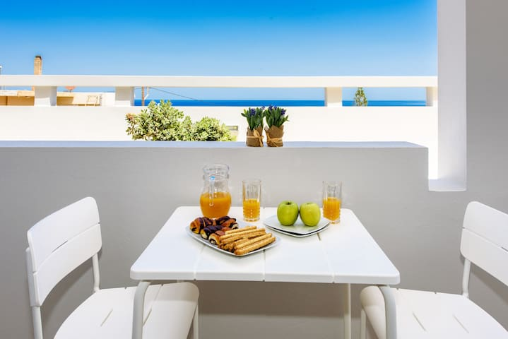 Cozy apt in the city only 5m walk to the beach