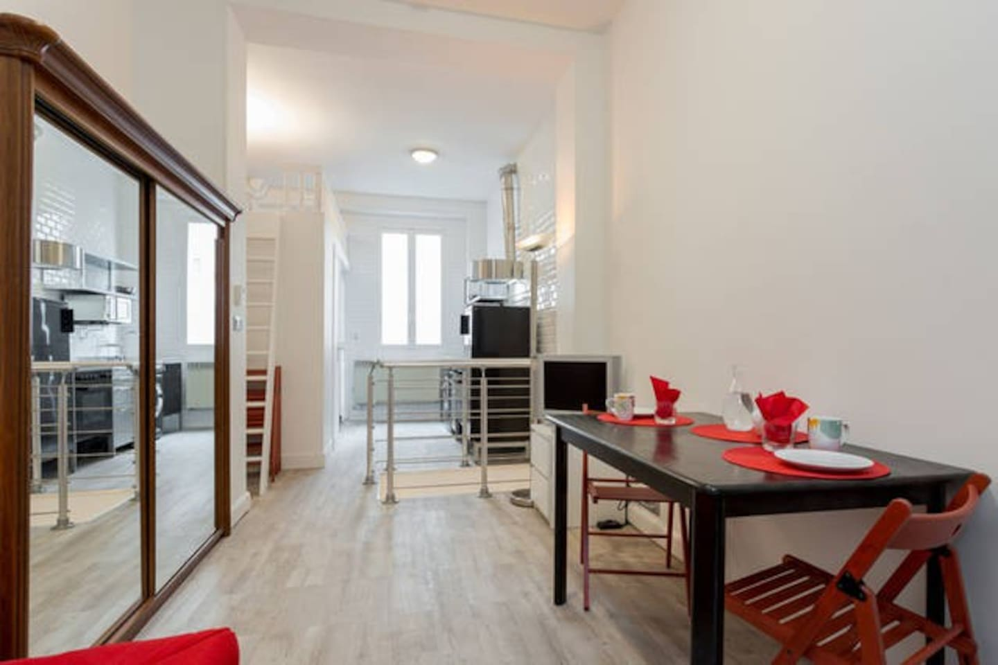 A quiet flat at 16 rue Bosquet, 30m away from the shops and restaurants of rue Cler with its famous street market
