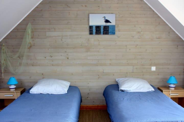 Chambre des oiseaux avec trois lits simples ( 17 m2)
