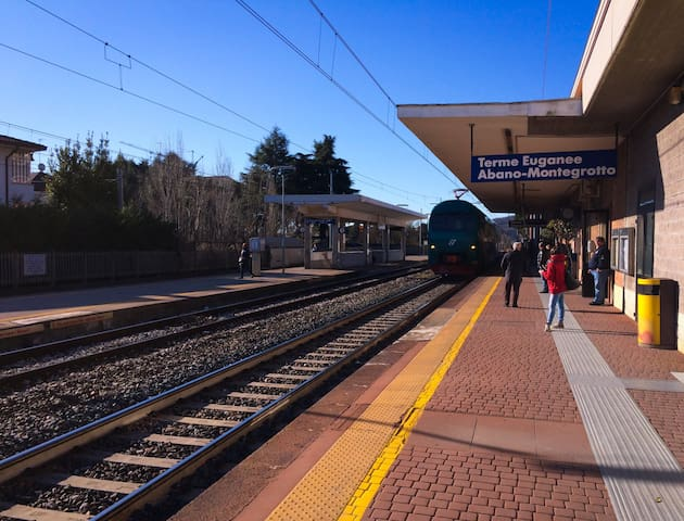 5 minuti dalla stazione dei treni di Terme Euganee Abano Montegrotto con treni per Padova (10 minuti), Venezia (35 minuti) e Bologna (120 minuti).
