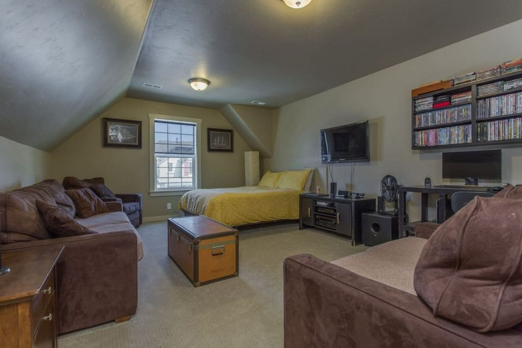 Private, large upstairs bedroom. Perfect for a month to month rental