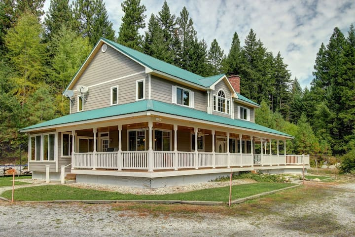 Amazing Mountain Home w Hot Tub on 20 Private Acres, Game Room, Ping Pong Table!