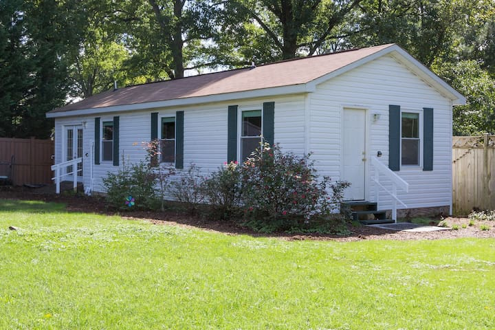 Relax and enjoy all the comforts of our charming 700 square foot guest house in a backyard garden, with two sperate entrances (one with ramp), in quiet wooded neighborhood, close to DC, Old Town Alexandria