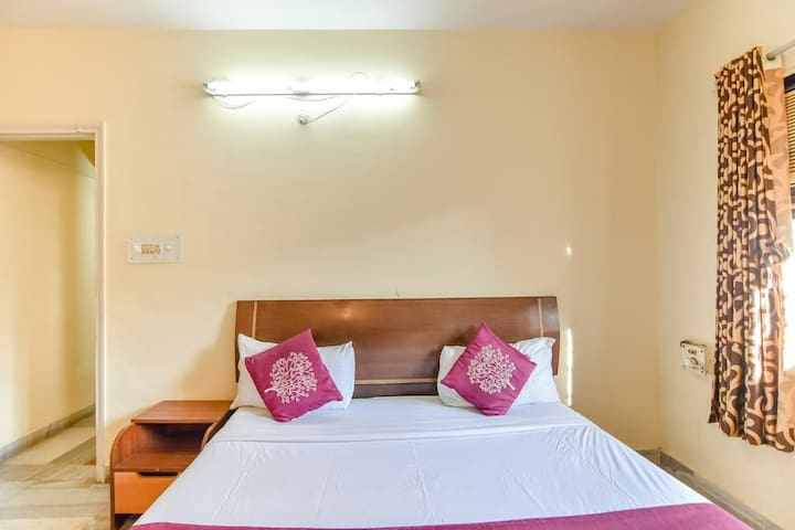 Room with AC & Wifi in a Service Apt at Marol