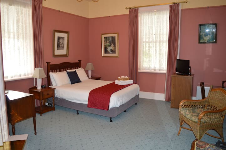Rose - Beautiful Room in Historic Mansion