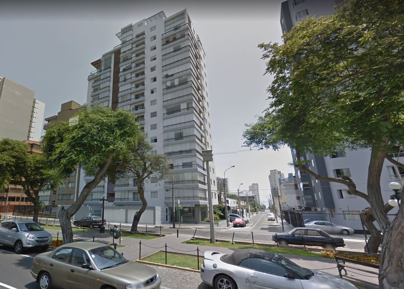 Apartment building located in Pardo Avenue in a very quiet neighborhood in Miraflores. Perfect for small families or Business Trip. 2 blocks away from the Ocean view. Perfect for biking, running, tennis and other sports.
