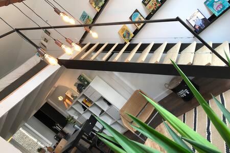 Charming downtown BD theme apartment!