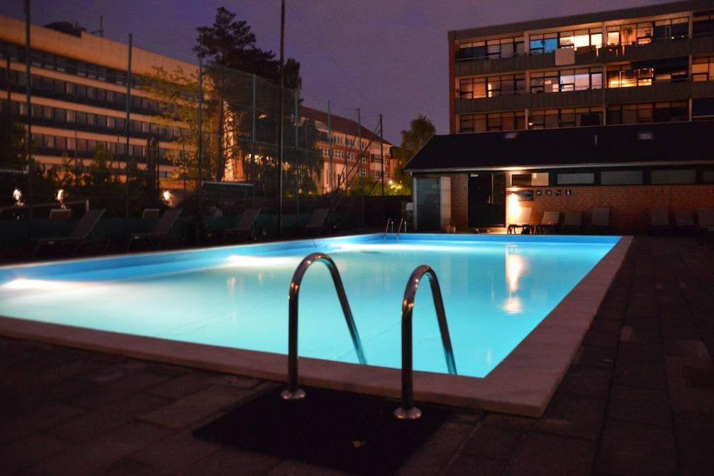 Swimmingpool at night