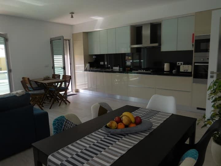 Spacious flat, Free WiFi+TV, 10m walk to the beach