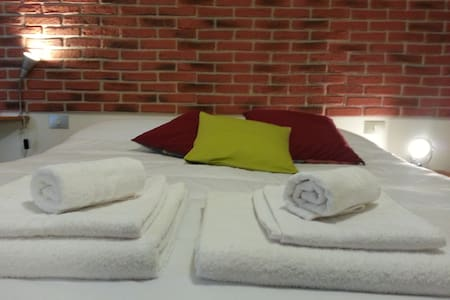 Room Piazza Savonarola F2 - Bed & Breakfast
