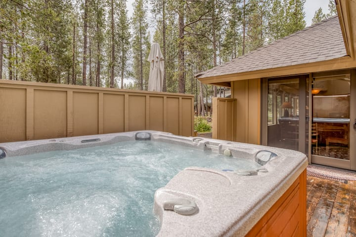 Spacious 4 Bedroom Home, Golf Course Views with Hot Tub!