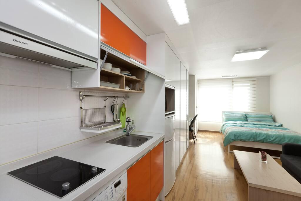 주방...인덕션,그릇,커피포트 ,냉장고,세탁기