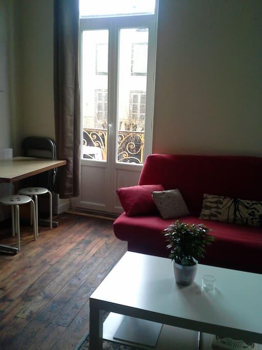 parquet bois, table d'appoint repas, vitre double vitrage