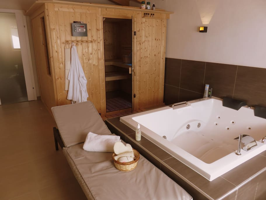 Erholung vom Feinsten im privaten Wellnessbereich - Relaxation at its finest in the private wellness area.