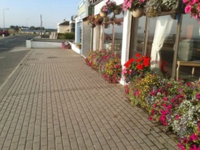 TARA  HOUSE  on SEA FRONT - Laytown
