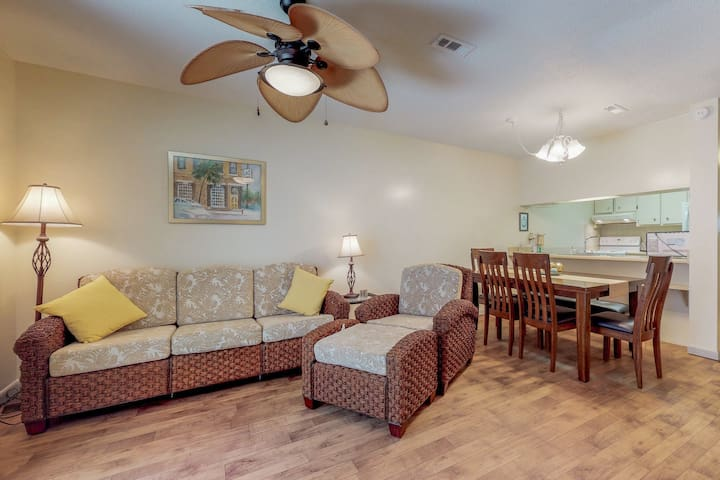 Cozy condo with private patio, near beach & dining!