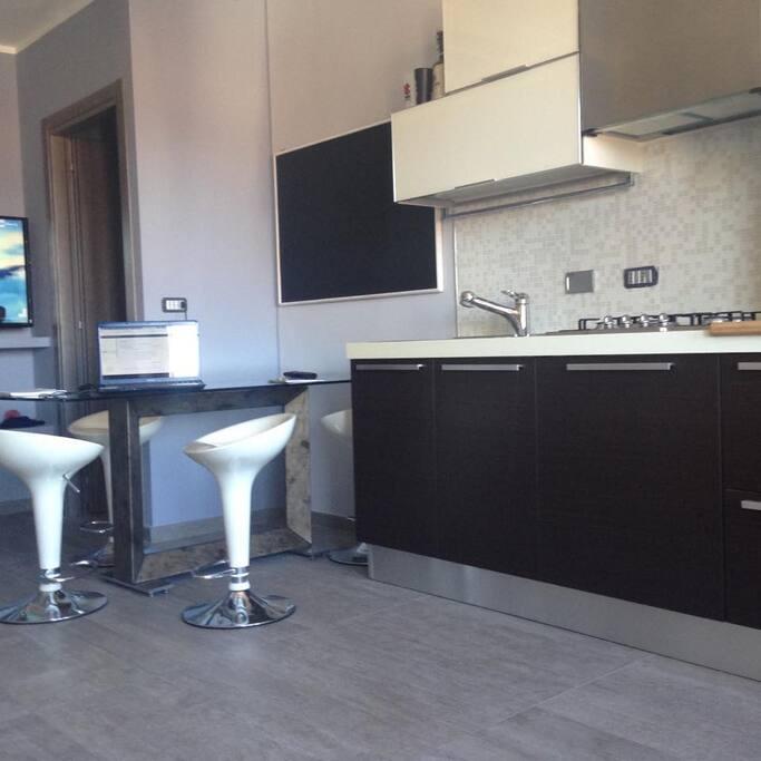 cucina 3.3m con forno, frigo e congelatore,lavastoviglie, doppio lavello