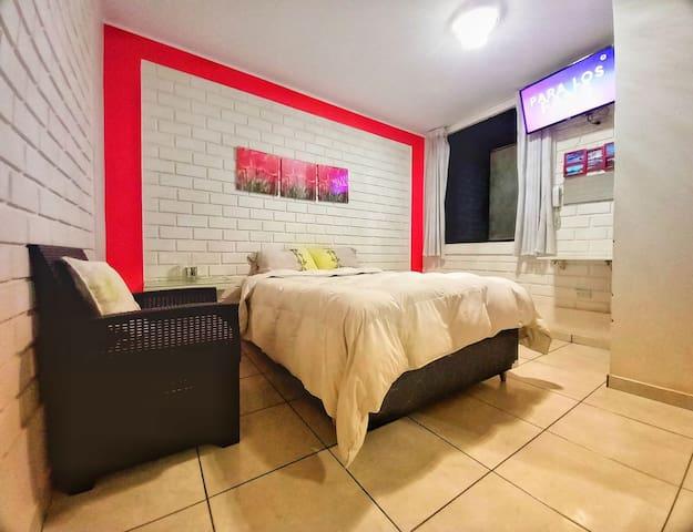 Habitación matrimonial(01 pareja)  Habitación 201   TIPO A (Costo 100 soles), no incluye: desayuno - cochera - servicio de limpieza  - útiles de aseo.  TIPO B (Costo 120), incluye:  Desayuno - cochera - servicio de limpieza - útiles de aseo.