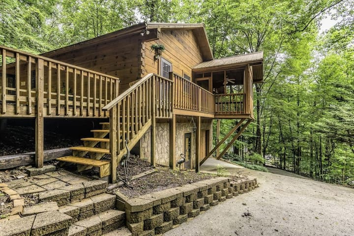Bearfoot Hollow Family Cabin!