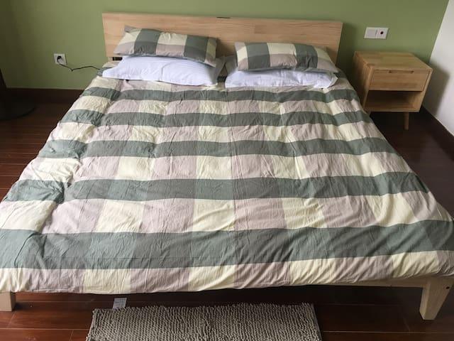 卧室里的实木大床:环保、绿色、温馨...睡觉时有一股淡淡的木香