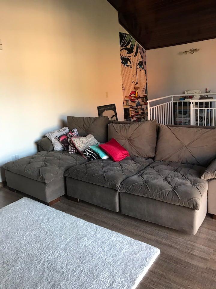 Segundo andar de casa com dois sofás disponíveis