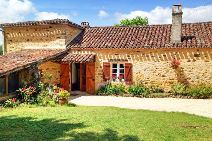 Charming Mansion in Sauveterre-la-Lémance with Swimming Pool