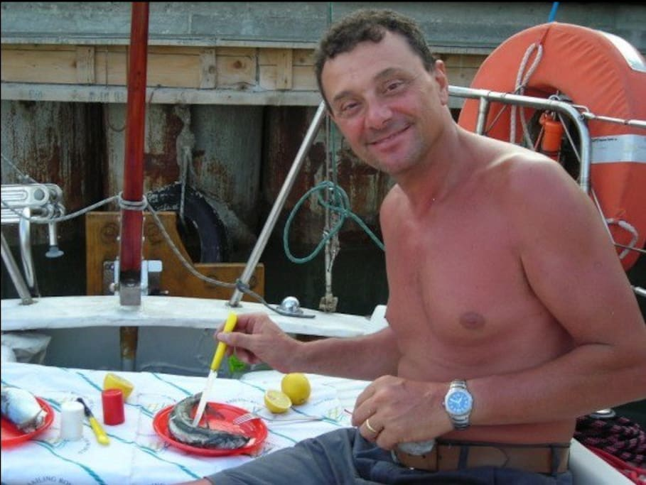 Nel porto di Termoli, mi gusto uno sgombro appena pescato.