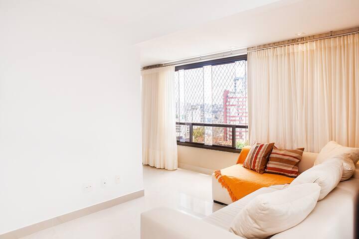Sala ampla e conjugada com a varanda.