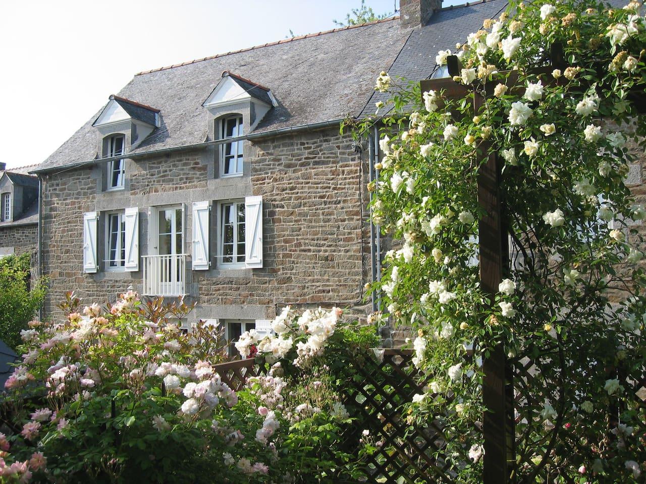 Façade de la maison vue depuis la roseraie