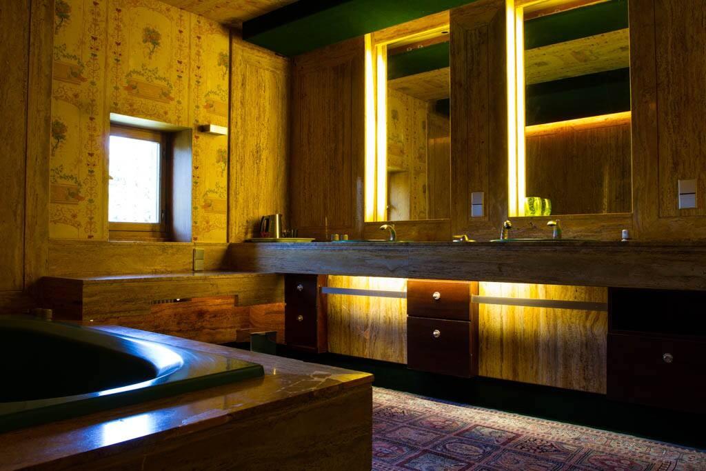 Spacieuse salle de bain en marbre.
