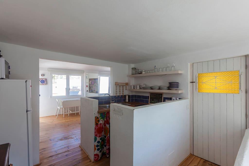 Vista de la cocina con el salón al fondo