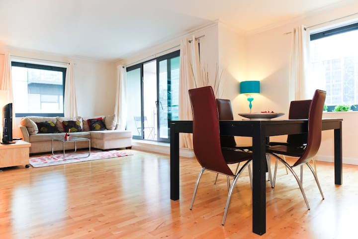 Large 2 Bedroom Apt in Canary Wharf - London - Apartment