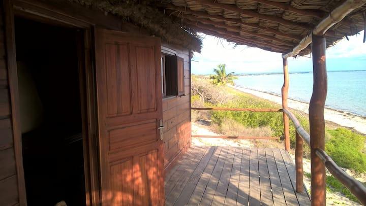 bungalows pieds dans l'eau bord du lagon d'IFATY