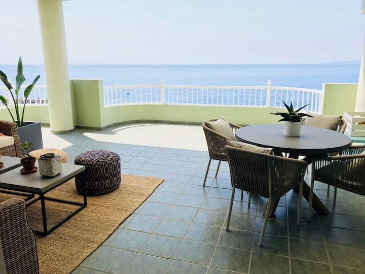 Luxury apartment with big terrace first sea line