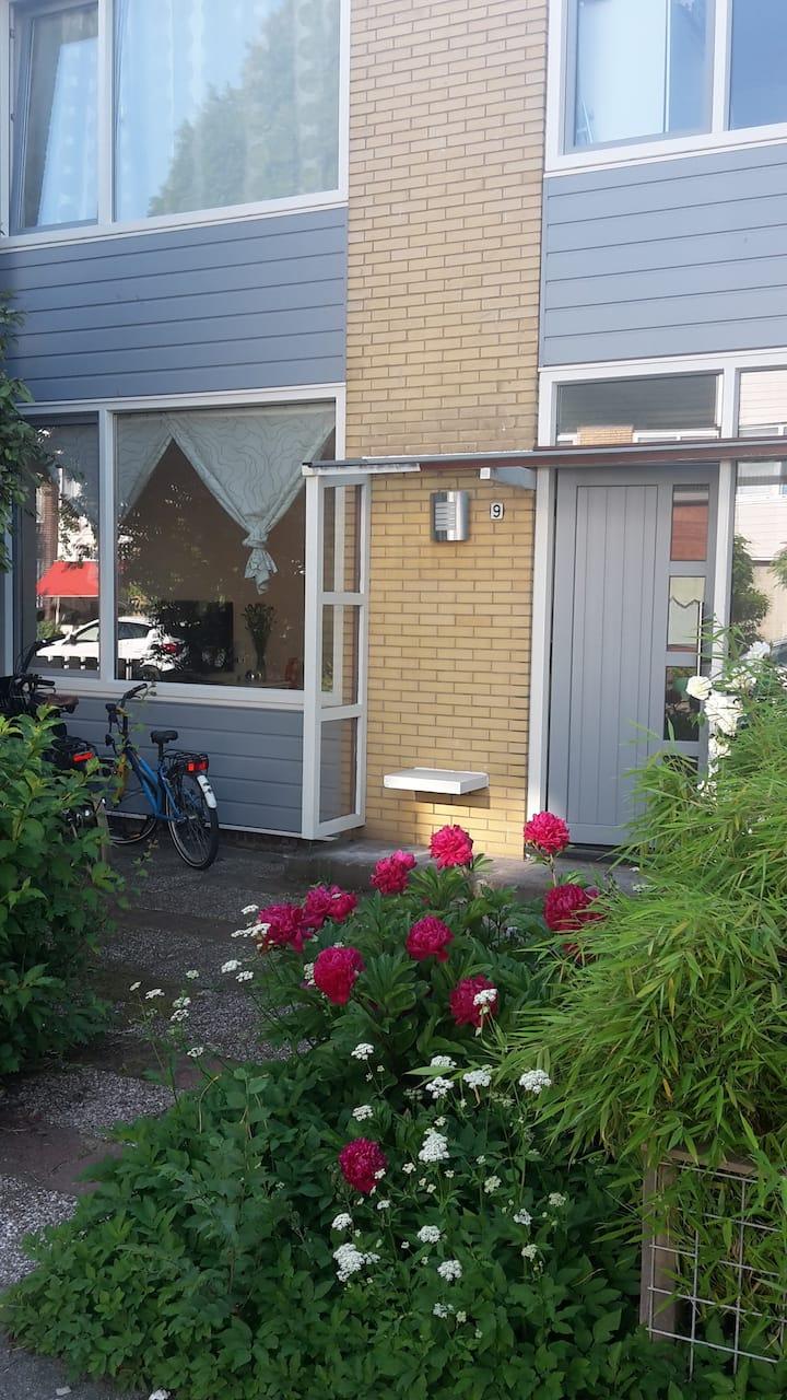Very nice family house with garden, close to metro