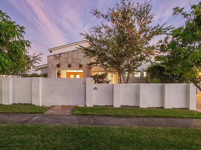 Modern home with Pool, 5km to beach - Varsity Lakes - House