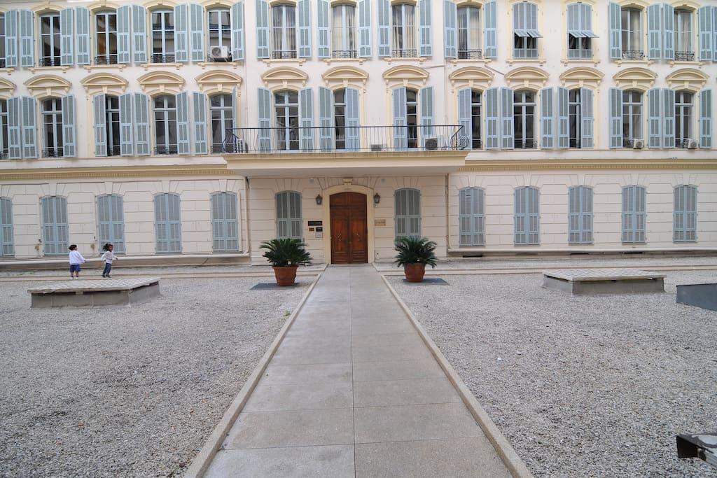 Esterno palazzo Voltaire