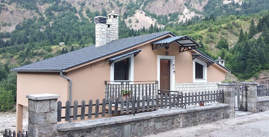 Το σπίτι πάνω από το ποτάμι!