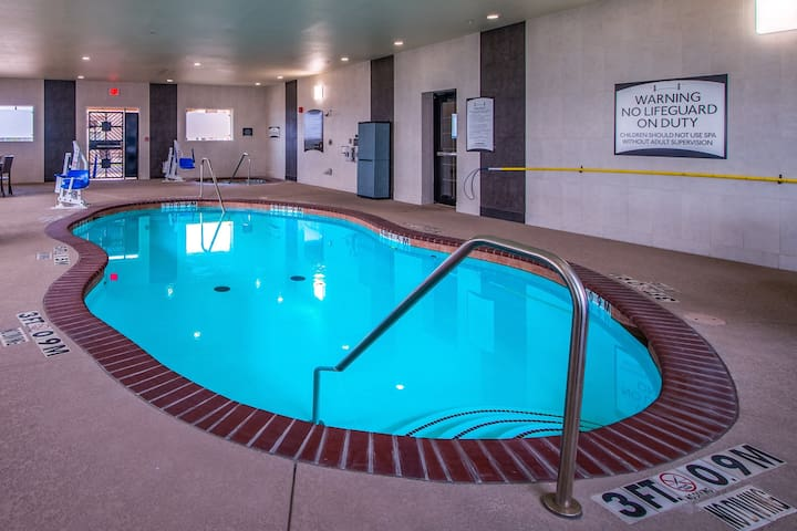 Free Breakfast. Indoor Pool & Hot Tub. 15 Min Drive to Maude Cobb Convention Center.