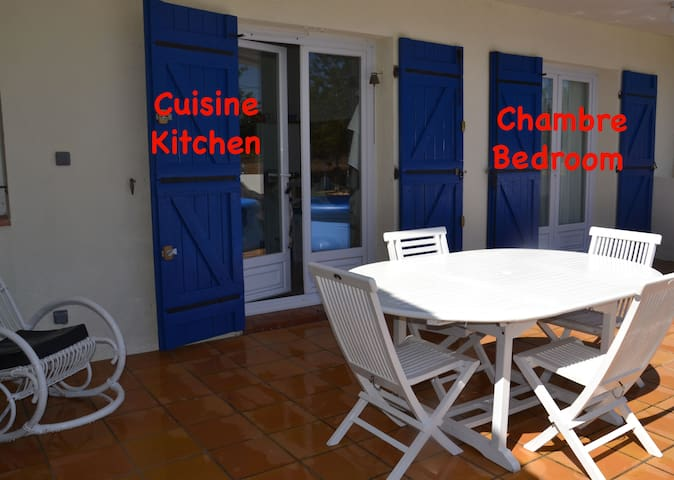 bedroom + bathroom + breakfast - Cuges-les-Pins - Casa