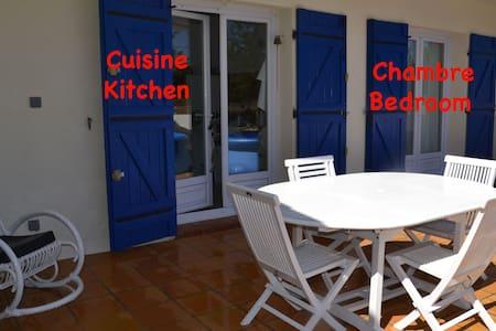 bedroom + bathroom + breakfast - Cuges-les-Pins - House