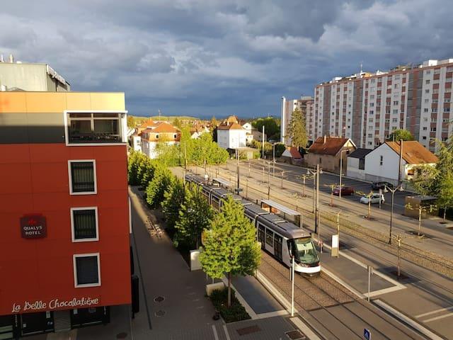 Joli F1, tram Strasbourg au pied de l'immeuble