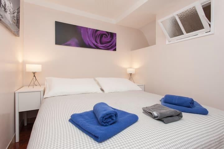 Un grand lit (1'60) de haute qualite.  Ideal pour un bon sommeil.