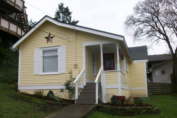 Yellow Cottage - Walk to Old Town AND The Harbor! - Anacortes - Hus