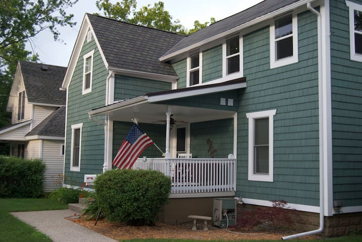 Charming updated home near S. Beach - South Haven - House